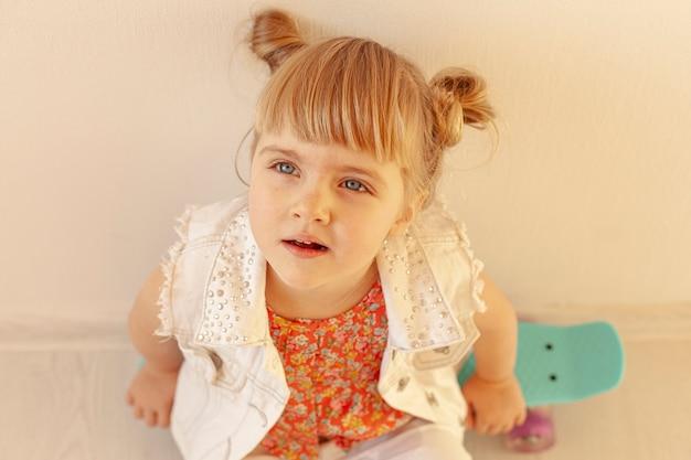 Adorable niña vista de ángulo alto
