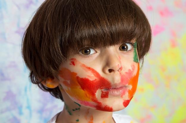 Adorable niño con cara pintada
