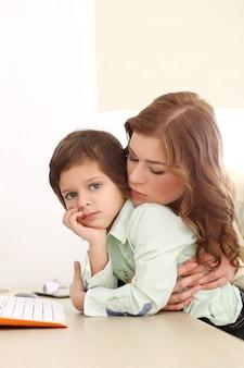 Adorable niño y madre