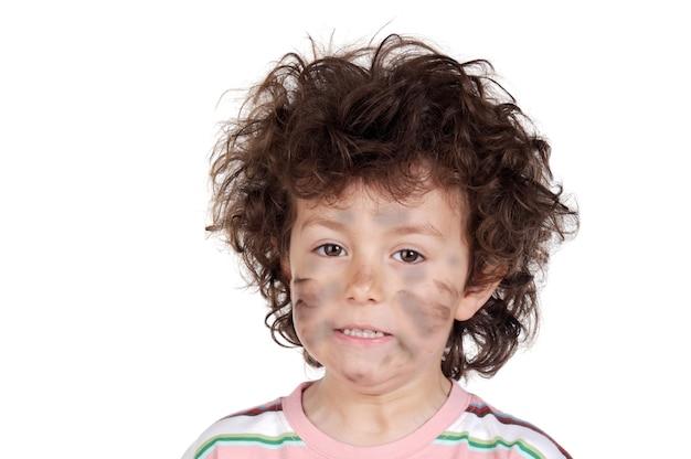 Adorable niño víctima con electricidad a sobre fondo blanco