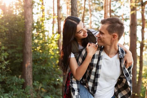 Adorable pareja disfrutando de tiempo al aire libre
