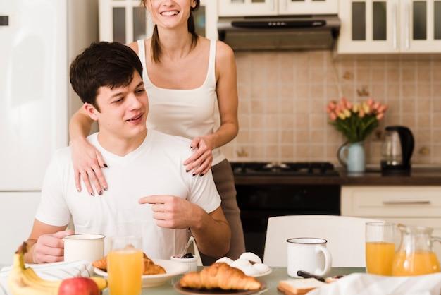 Adorable pareja joven junto en la cocina