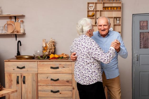 Adorable pareja madura bailando juntos