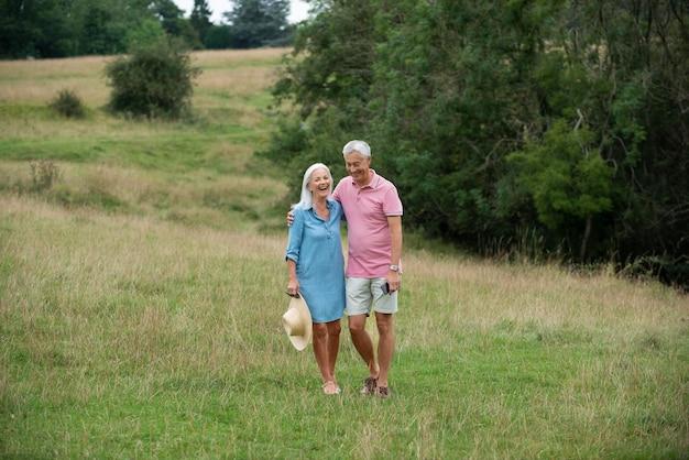 Adorable pareja senior con algo de tiempo de calidad al aire libre