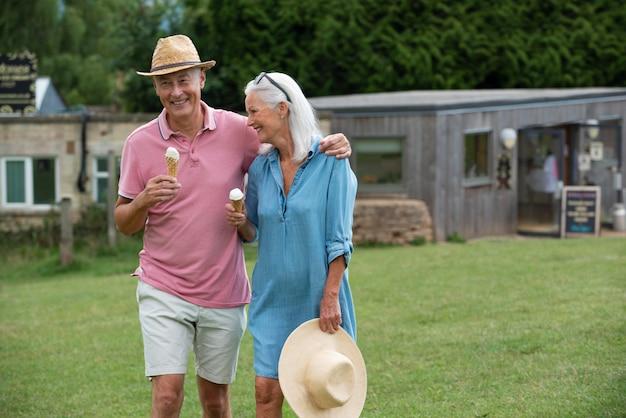 Adorable pareja senior disfrutando de un helado juntos al aire libre