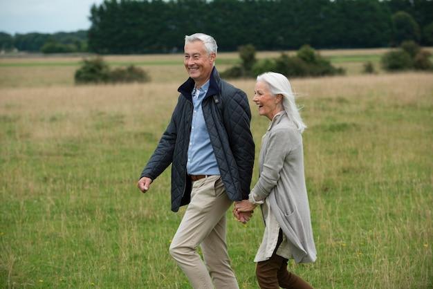 Adorable pareja senior siendo cariñosa mientras da un paseo