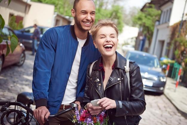 Adorable pareja en su tiempo libre