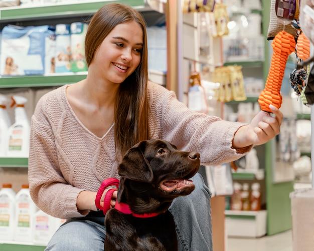 Adorable perro con dueño en la tienda de mascotas