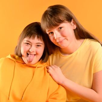 Adorables chicas jóvenes posando juntos