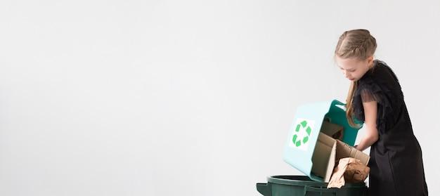 Adorables chicas jóvenes reciclando con espacio de copia