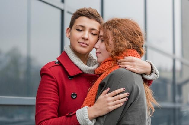 Adorables mujeres jóvenes juntas en el amor