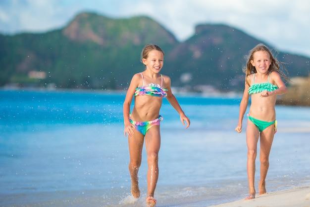 Adorables niñas caminando por la playa
