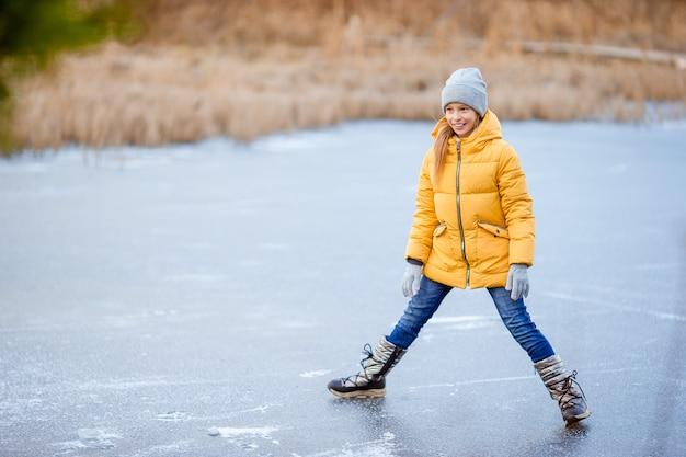 Adorables niñas patinando en la pista de hielo