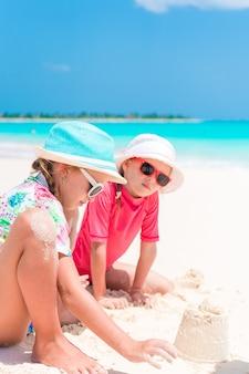 Adorables niñas durante las vacaciones de verano en la playa