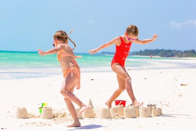 Adorables niñas durante las vacaciones de verano.