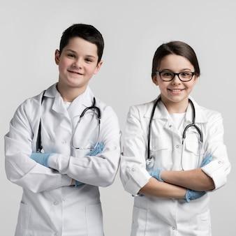 Adorables niños pequeños disfrazados de médicos