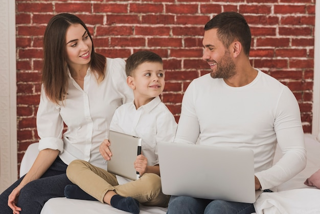 Adorables padres e hijo juntos