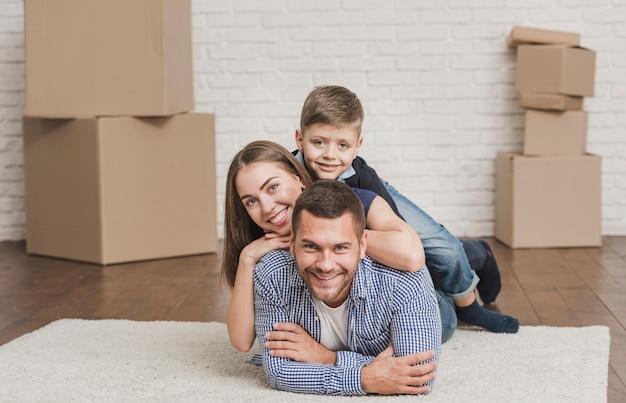 Adorables padres con hijos en casa