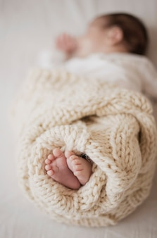 Adorables piernas de niño recién nacido