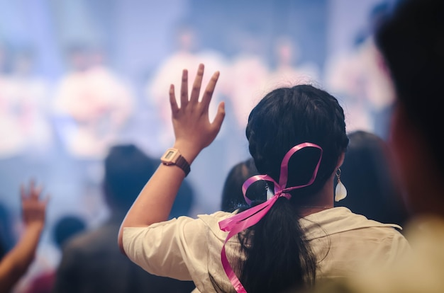 Adoración cristiana con la mano levantada, concierto de música