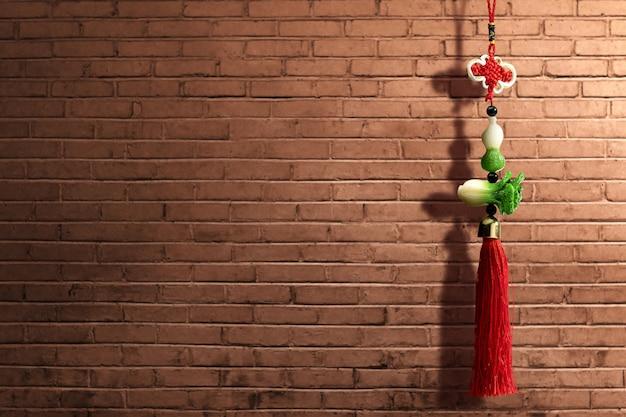 Adorno de año nuevo chino sobre pared de ladrillo