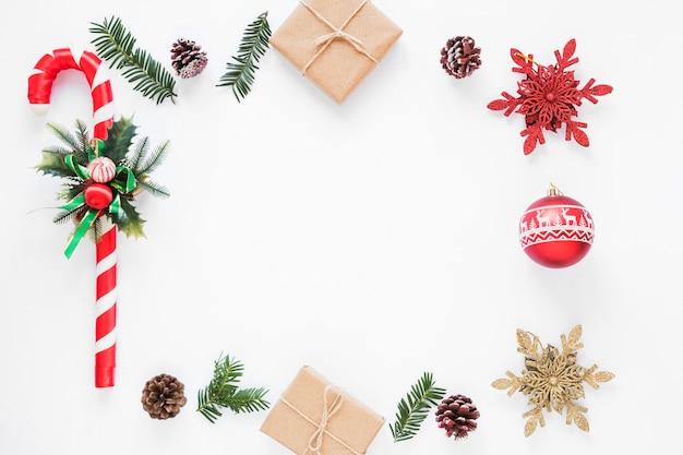 Adorno de caña navideña cerca de cajas de regalo y trabas