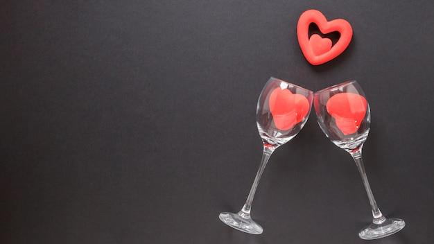 Adorno de corazones y copas de vino.
