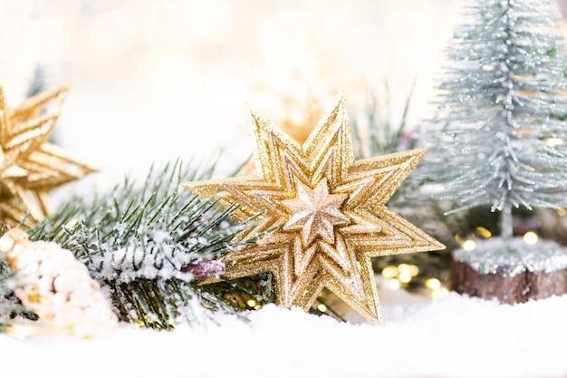 Adorno de navidad con luces de cadena sobre fondo azul.