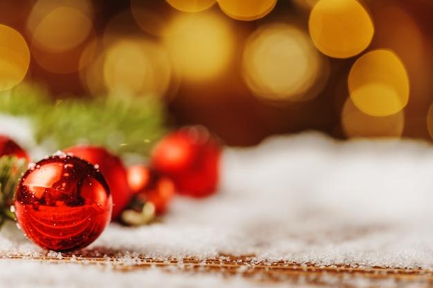 Adorno de navidad en la mesa de madera cubierto de nieve. concepto de navidad