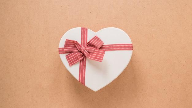 Adorno simbolo de corazon con lazo
