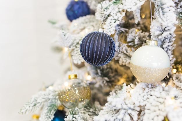 Adornos para árboles de navidad en un abeto de navidad.