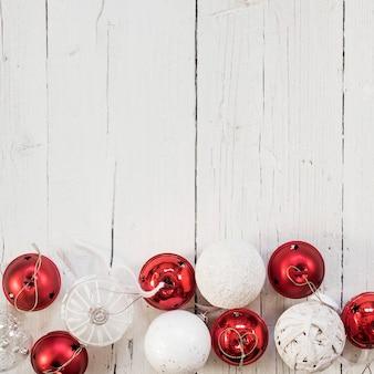 Adornos blancos y rojos para un árbol de navidad con espacio de copia en la parte superior