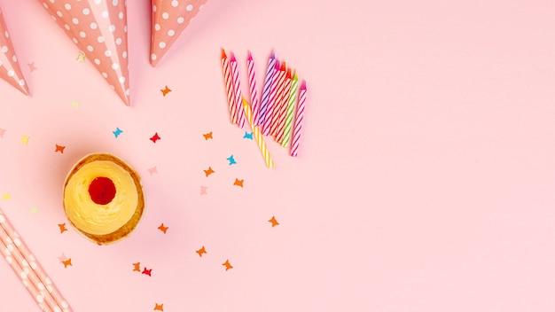 Adornos de cumpleaños coloridos con espacio de copia