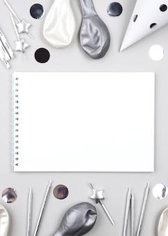 Adornos de cumpleaños con cuaderno