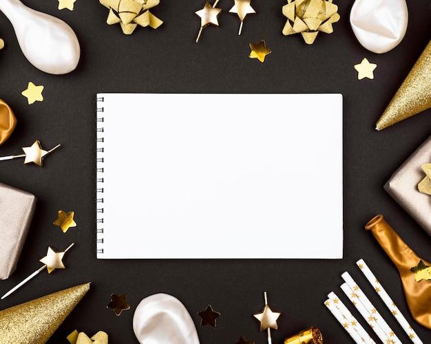 Adornos de cumpleaños elegantes con cuaderno