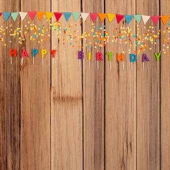 Adornos de cumpleaños planos sobre fondo de madera