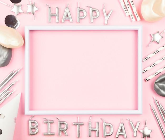 Adornos de cumpleaños sobre fondo rosa