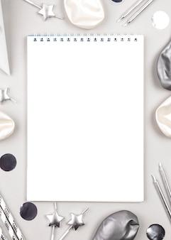 Adornos de cumpleaños de vista superior con cuaderno