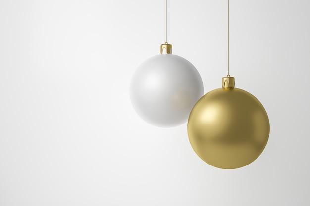 Adornos dorados y blancos colgando sobre fondo blanco.