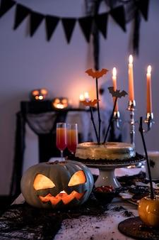 Adornos de fiesta de halloween en mesa