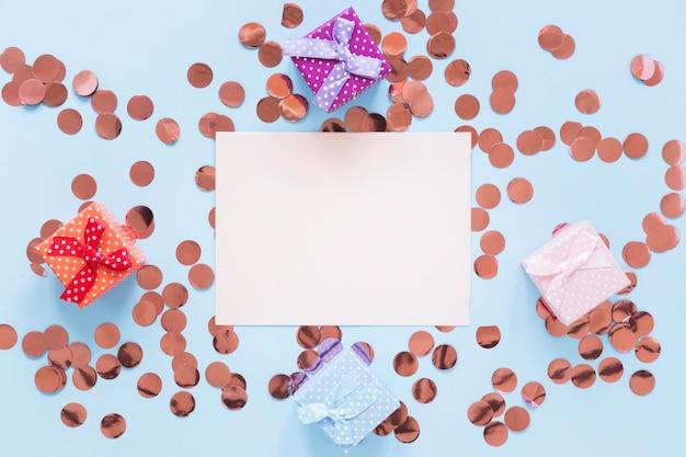 Adornos de fiesta de vista superior con cajas de regalo