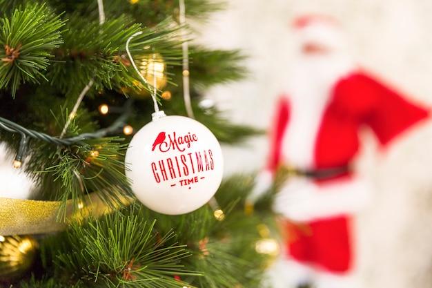 Adornos de navidad en abeto