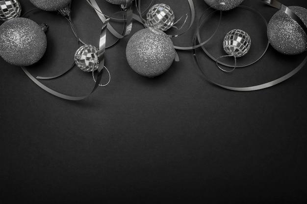 Adornos de navidad gris sobre mesa negra