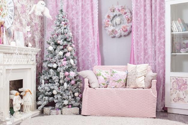 Adornos navideños y árbol de fondo. tonos rosados.