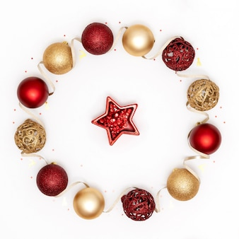 Adornos navideños, bolas brillantes, estrella y cinta sobre superficie blanca
