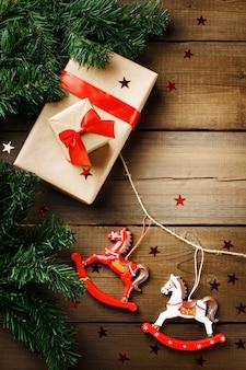 Adornos navideños con caballos de juguete y caja de regalo