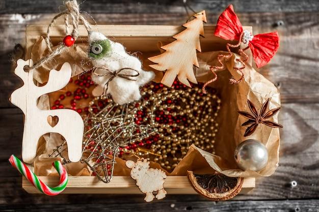 Adornos navideños en una caja de madera