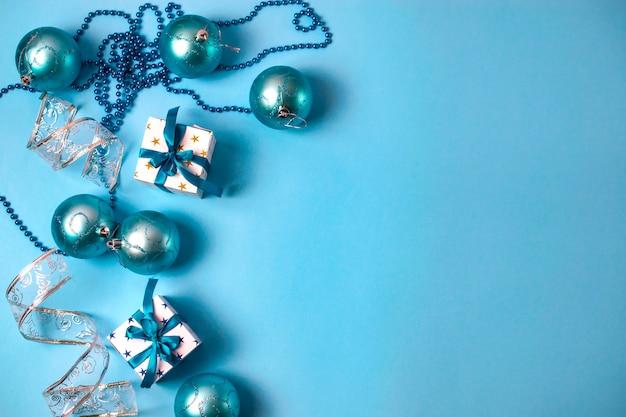 Adornos navideños con cajas de regalo, cuentas y bolas.