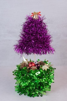 Adornos navideños con campana y estrellas doradas.