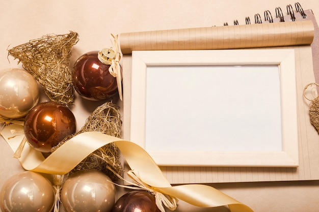 Adornos navideños y decoración en marco de fotos en blanco.